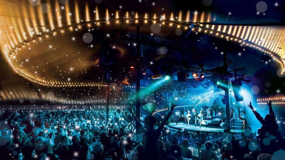 Der Saal des großen Schwesternzelts, dem Theater Tipi am Kanzleramt in Berlin